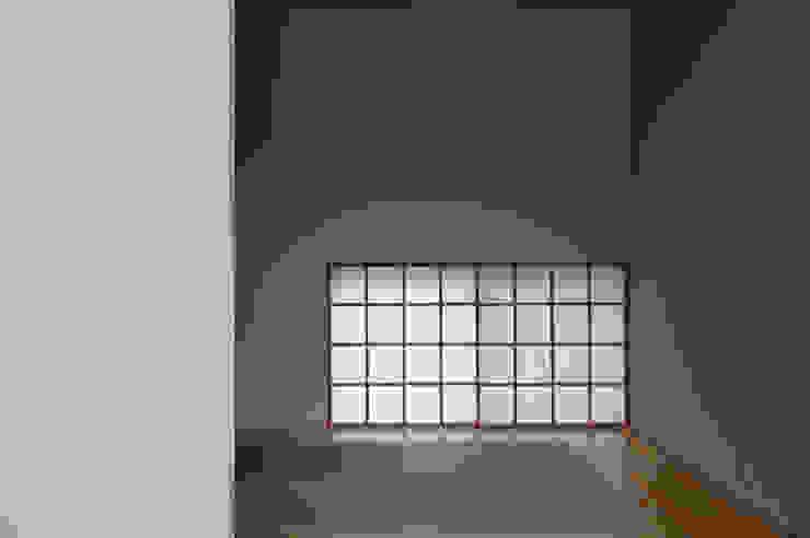 Salas de entretenimiento de estilo  por 株式会社長野聖二建築設計處, Moderno