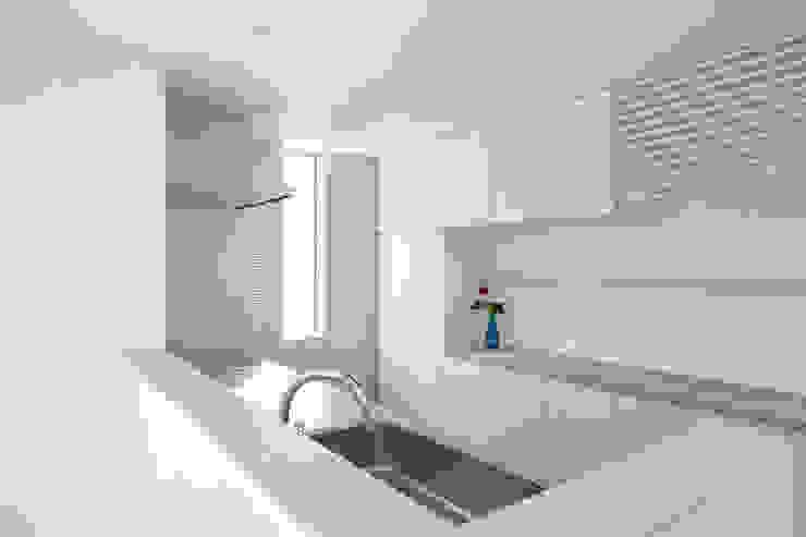 要町の家 吹抜けを通して光が溢れる家 モダンな キッチン の エトウゴウ建築設計室 モダン