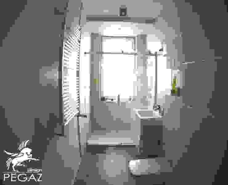 realizacja mieszkania z czerwienią w tle Nowoczesna łazienka od Pegaz Design Justyna Łuczak - Gręda Nowoczesny