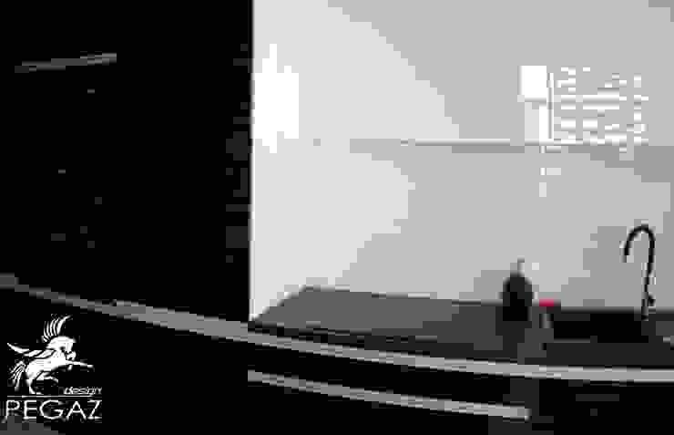 realizacja mieszkania z czerwienią w tle Nowoczesna kuchnia od Pegaz Design Justyna Łuczak - Gręda Nowoczesny