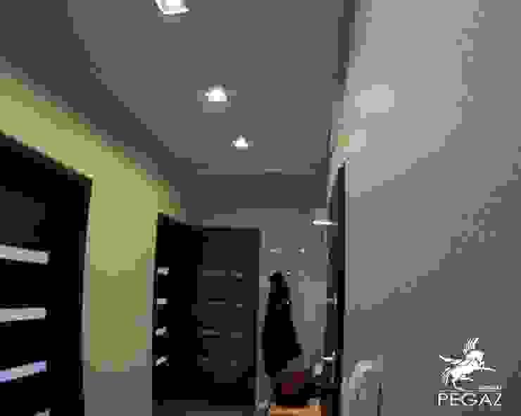 realizacja mieszkania z czerwienią w tle Nowoczesny korytarz, przedpokój i schody od Pegaz Design Justyna Łuczak - Gręda Nowoczesny