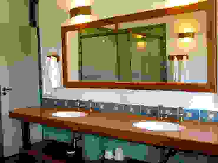 Baños de estilo rústico de MADUEÑO ARQUITETURA & ENGENHARIA Rústico Madera Acabado en madera