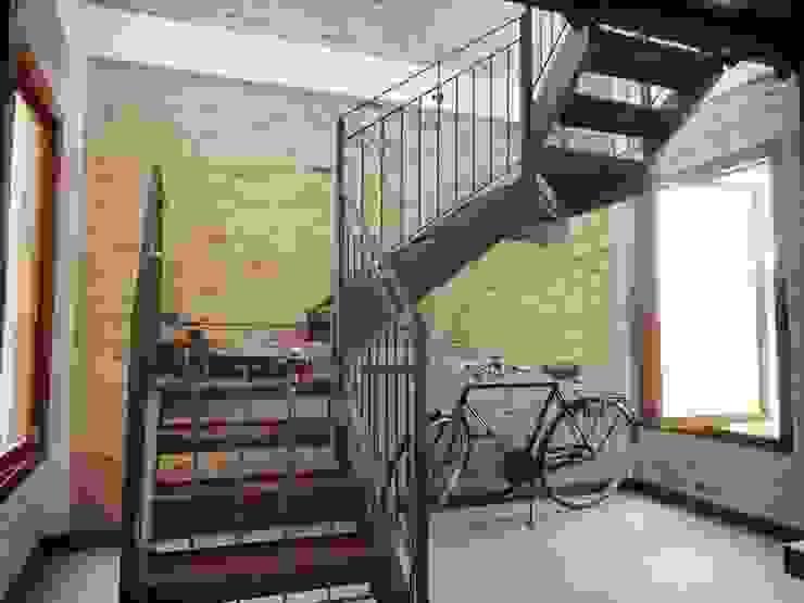 Couloir, entrée, escaliers rustiques par Zani.arquitetura Rustique