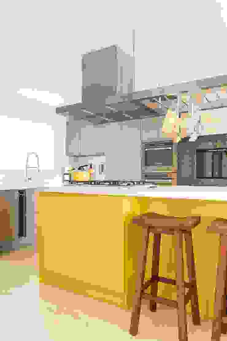Modern Kitchen by Stefani Arquitetura Modern