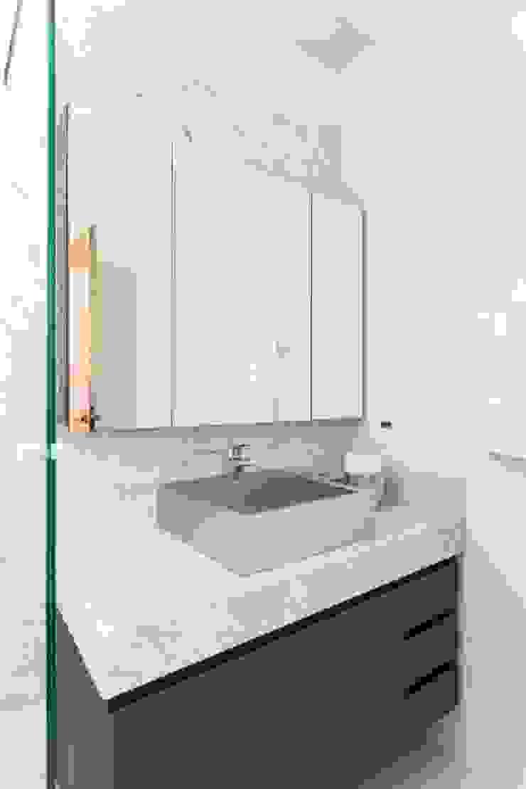 Modern Bathroom by Stefani Arquitetura Modern