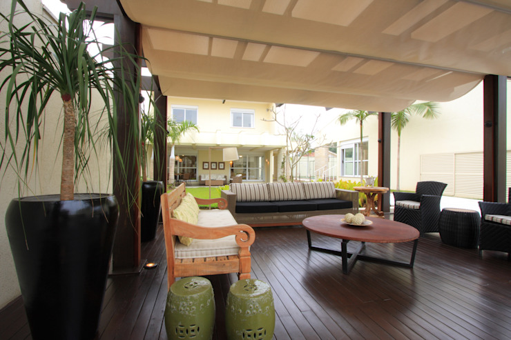 Balcones y terrazas de estilo tropical de Renata Almeida & Karla Martinelli Arquitetura & Design Tropical