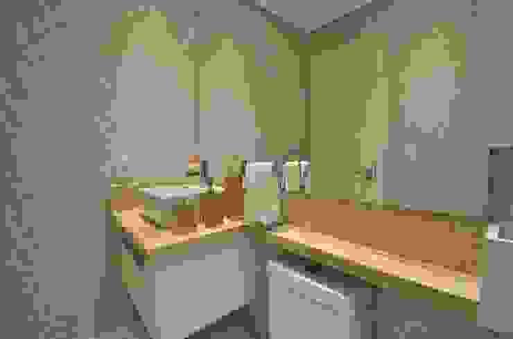 Baños de estilo clásico de Graça Brenner Arquitetura e Interiores Clásico Tablero DM