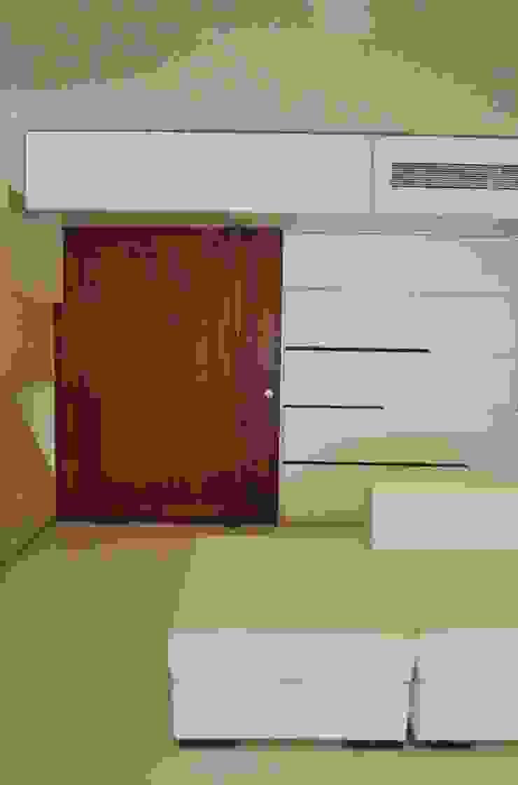 Entrance Minimalist living room by The White Room Minimalist