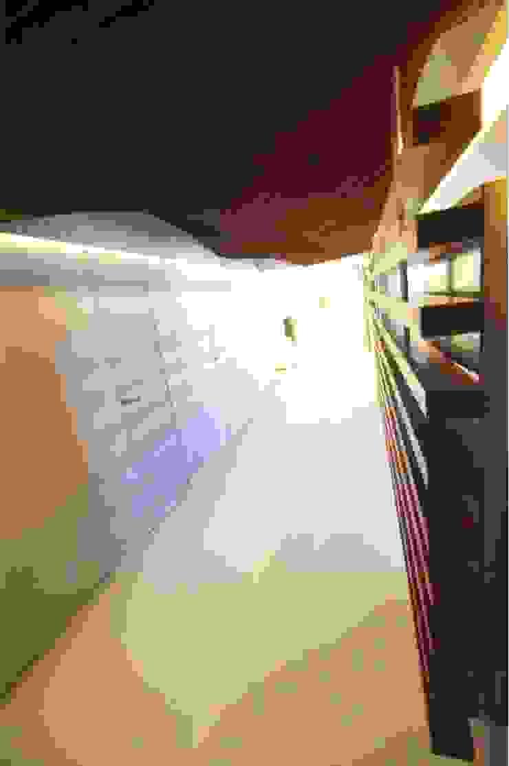 Corridor Minimalist corridor, hallway & stairs by The White Room Minimalist