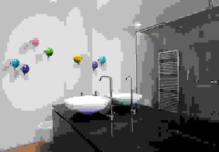 現代浴室設計點子、靈感&圖片 根據 Creativando Srl - vendita on line oggetti design e complementi d'arredo 現代風 陶器
