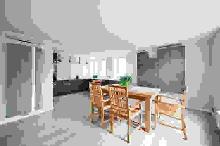 Dom jednorodzinny pod Poznaniem. Minimalistyczna kuchnia od wnętrzarki Minimalistyczny