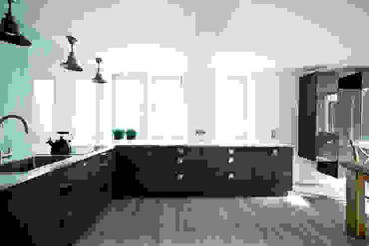Dom jednorodzinny pod Poznaniem. Nowoczesna kuchnia od wnętrzarki Nowoczesny