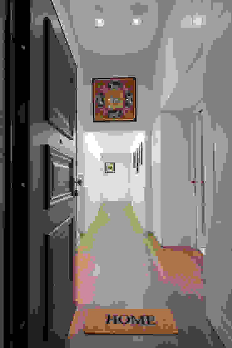 Classic style corridor, hallway and stairs by ZETAE Studio Classic