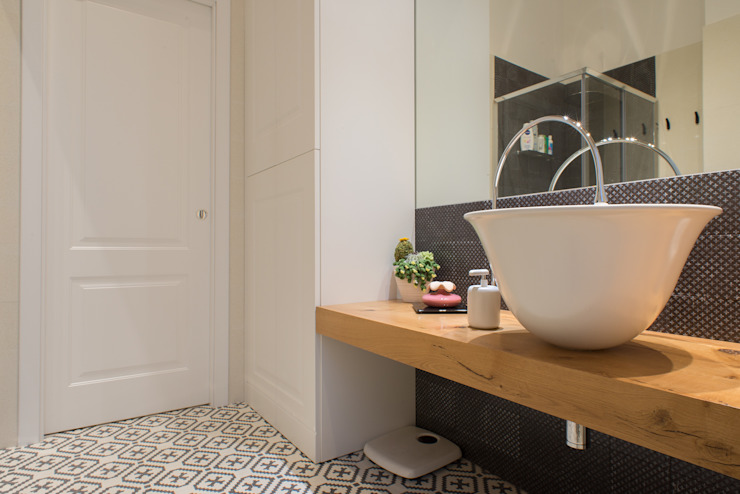 Minimalist style bathroom by ZETAE Studio Minimalist