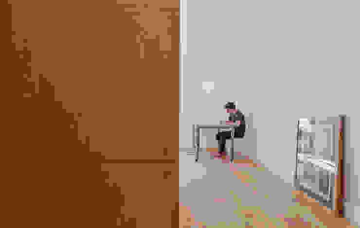 House in Bica do Sapato by ARRIBA Closets minimalistas por Ricardo Oliveira Alves Photography Minimalista
