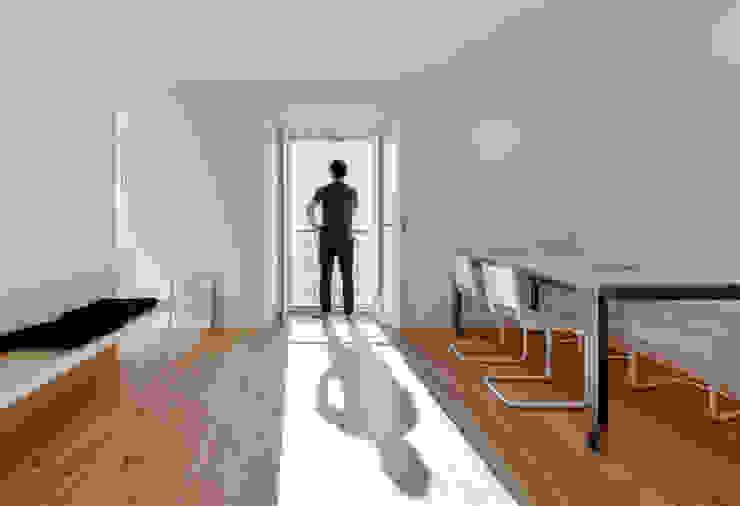 House in Bica do Sapato by ARRIBA Salas de estar minimalistas por Ricardo Oliveira Alves Photography Minimalista