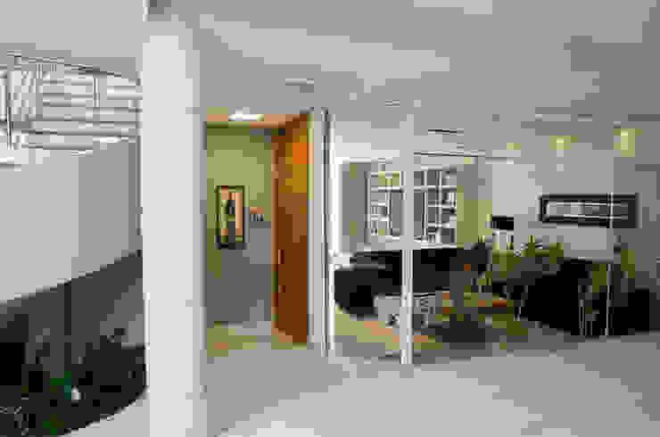 Residência SSC Corredores, halls e escadas modernos por A/ZERO Arquitetura Moderno