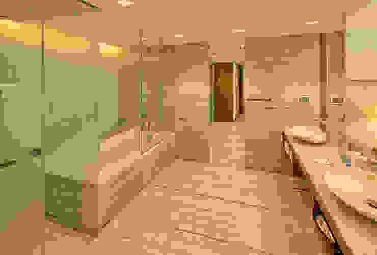 Modern bathroom by NL Decoração Modern