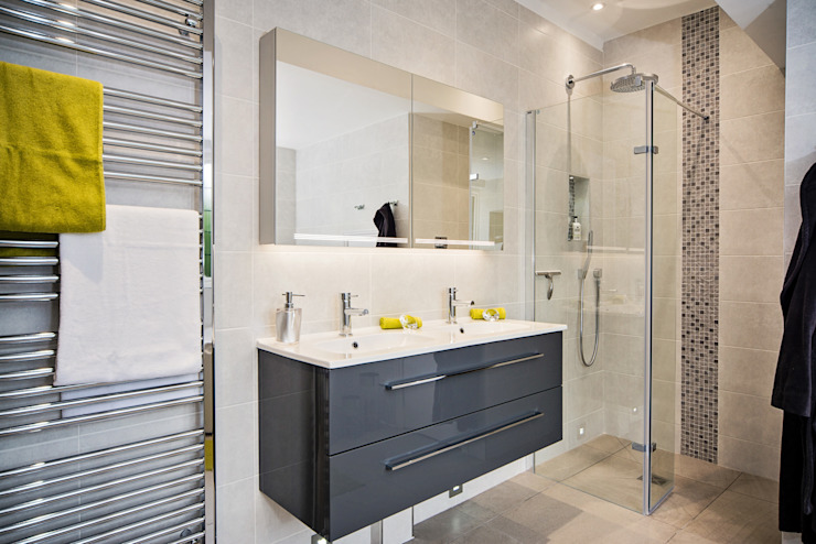 Mr & Mrs D, En-Suite, Guildford Banheiros modernos por Raycross Interiors Moderno