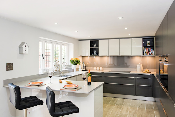 Mr & Mrs H, Kitchen, Byfleet Village, Surrey モダンな キッチン の Raycross Interiors モダン