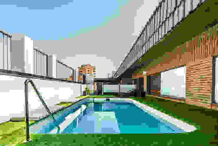 Ático Duplex, Reforma integral Piscinas de estilo moderno de Molina Decoración Moderno