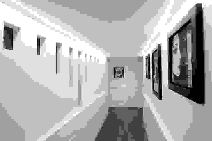 Pasillos, vestíbulos y escaleras de estilo moderno de Mario Ferrara Moderno