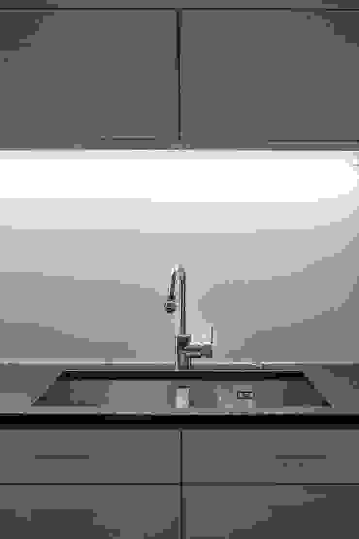 SŁONECZNA KUCHNIA Minimalistyczna kuchnia od Kokon Studio Karolina Alicja Prałat Minimalistyczny Kamień