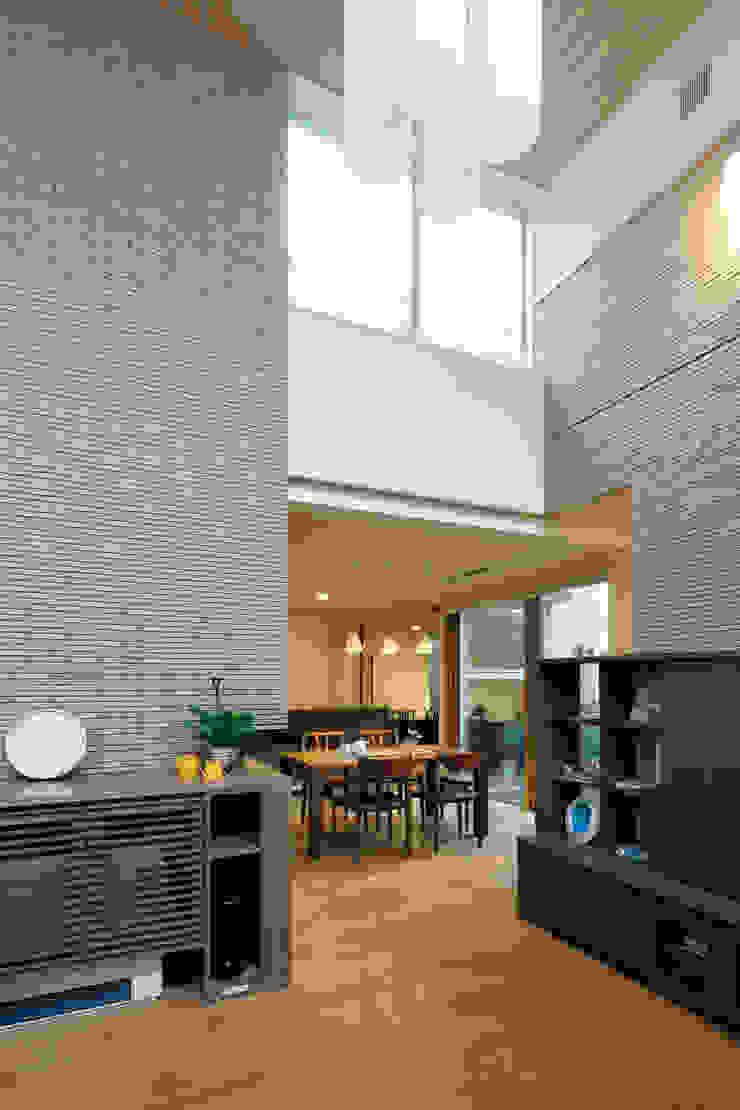 住宅密集地で陽光の恵みを受けるRC住宅|つばさの家 モダンデザインの リビング の シーズ・アーキスタディオ建築設計室 モダン