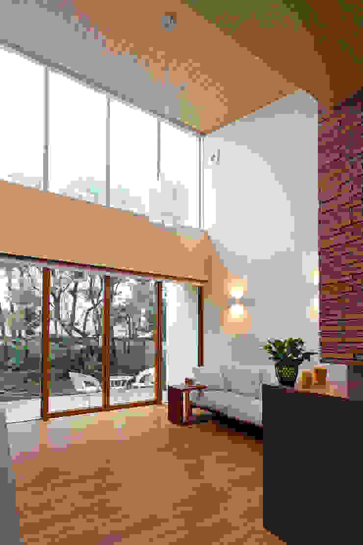 大きな開口をもつリビング モダンデザインの リビング の シーズ・アーキスタディオ建築設計室 モダン
