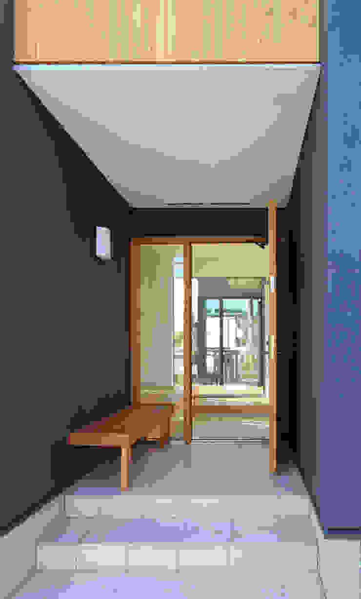 """""""離れ""""のような和室をもつ郊外型住宅 八王子の家 シーズ・アーキスタディオ建築設計室 モダンスタイルの 玄関&廊下&階段"""
