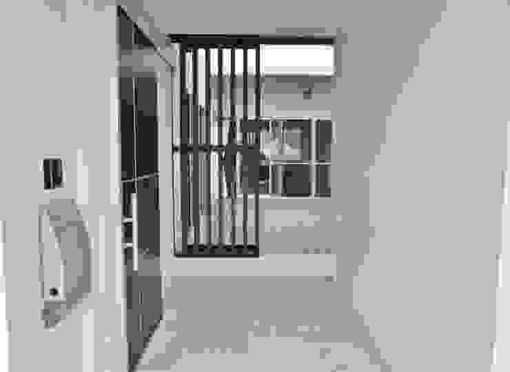 Ingresso, Corridoio & Scale in stile moderno di (株)スペースデザイン設計(一級建築士事務所) Moderno