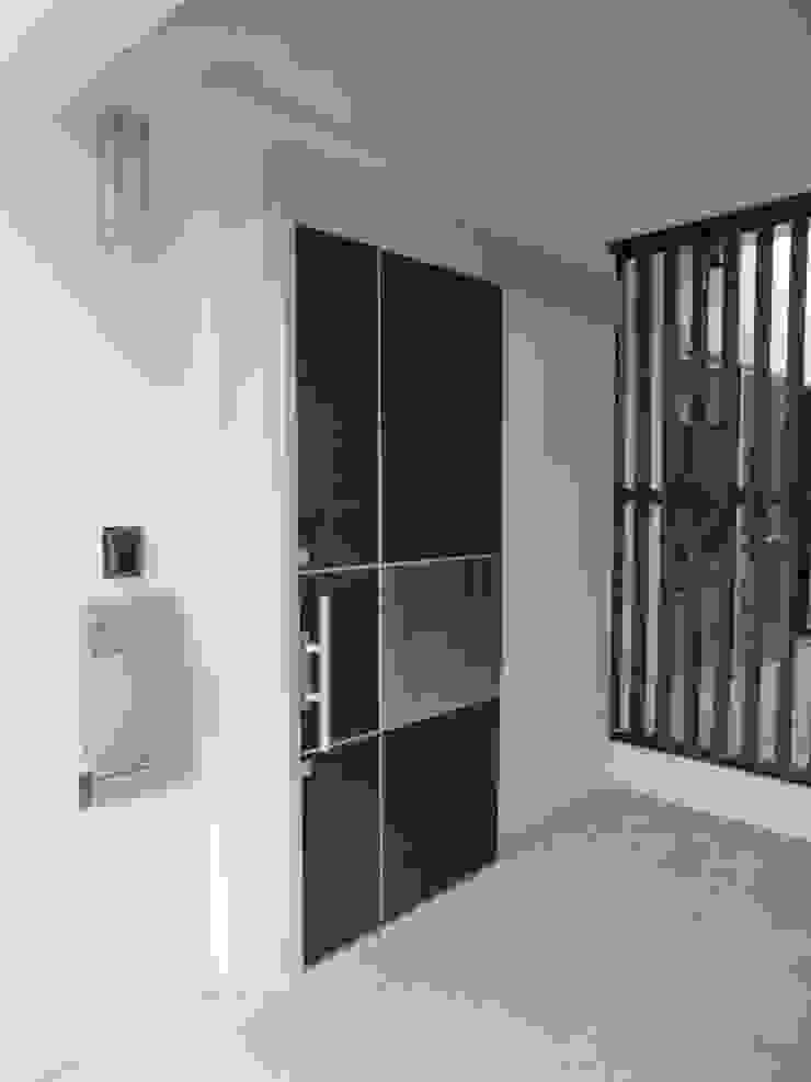 Corredores, halls e escadas modernos por (株)スペースデザイン設計(一級建築士事務所) Moderno