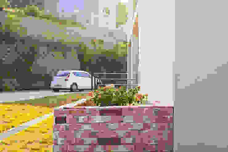 강아지와 함께하는 전원주택 모던스타일 주택 by 한글주택(주) 모던