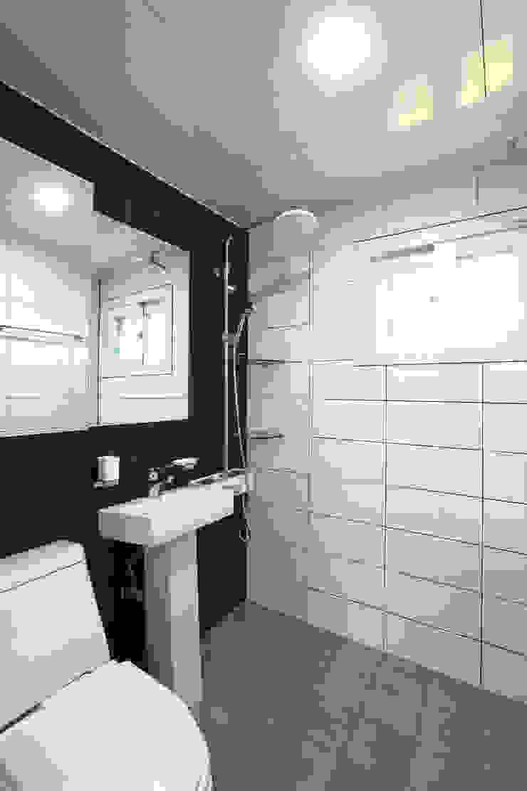 전원주택으로도 손색없는 다가구주택 [경기도 성남 시흥] 모던스타일 욕실 by 한글주택(주) 모던