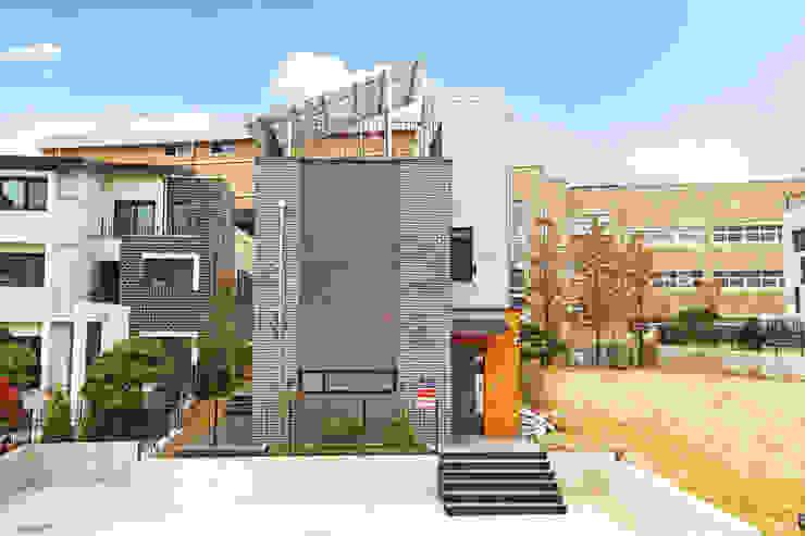 양면의 얼굴을 가진 전원주택 [경기도 수원 이목동] 모던스타일 주택 by 한글주택(주) 모던