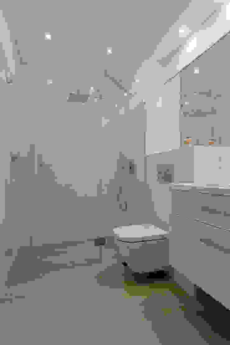 Łazienkaa Nowoczesna łazienka od Carolineart Nowoczesny