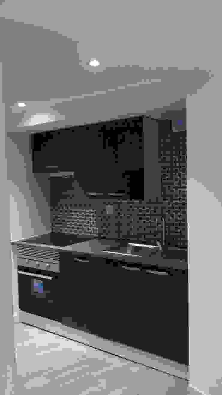 Cozinha R/c - Depois por Alma Prima Construções,Lda.