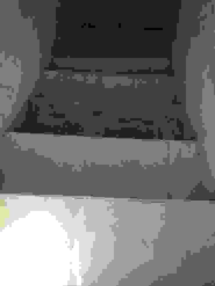 Escada para o 1º andar - Antes por Alma Prima Construções,Lda.