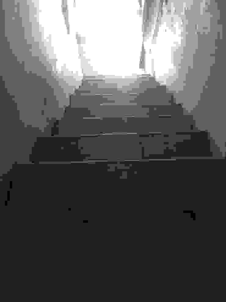 Escada para 1º andar - Antes por Alma Prima Construções,Lda.