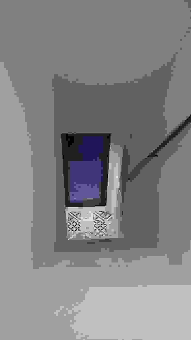 Escada para 1º andar - Depois por Alma Prima Construções,Lda.
