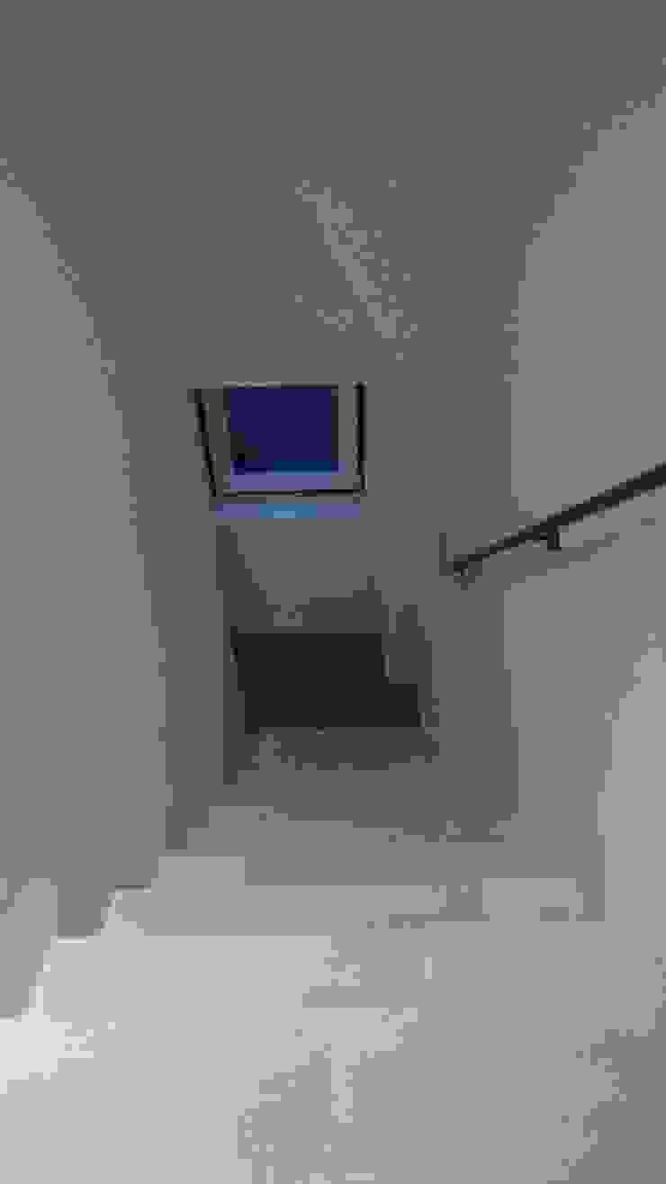 Escadas para 2º andar - Depois por Alma Prima Construções,Lda.