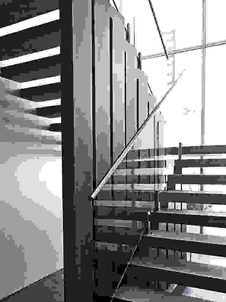 Pasillos, vestíbulos y escaleras de estilo moderno de ZUM ARQUITECTURA Moderno