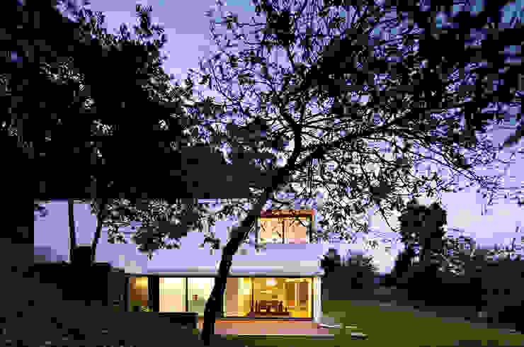 House in Barcelos, Portugal 미니멀리스트 정원 by Rui Grazina Architecture + Design 미니멀