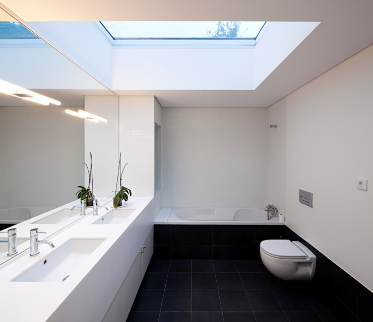 House in Barcelos, Portugal Minimal style Bathroom by Rui Grazina Architecture + Design Minimalist