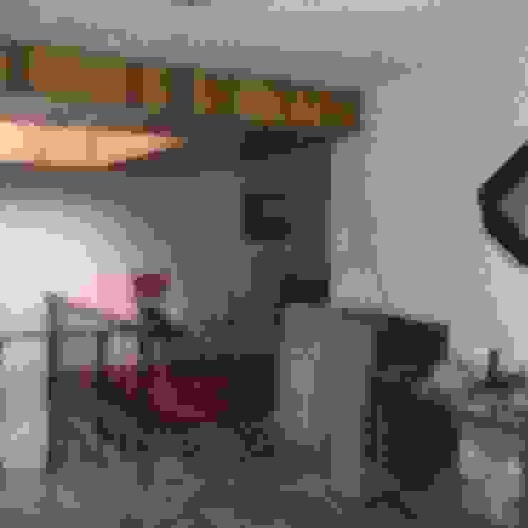 AREA DE ESCALERAS CON DOMO ANTES DE REMODELAR Paredes y pisos de estilo clásico de Alejandra Zavala P. Clásico