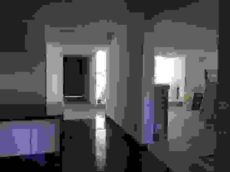 DISEÑO DE INTERIORES VESTIBULO DE ACCESO Paredes y pisos de estilo moderno de Alejandra Zavala P. Moderno