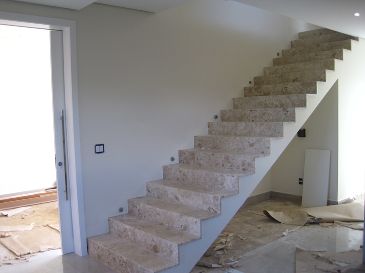 Escada revestida de mármore Modern Corridor, Hallway and Staircase by Tony Santos Arquitetura Modern Marble