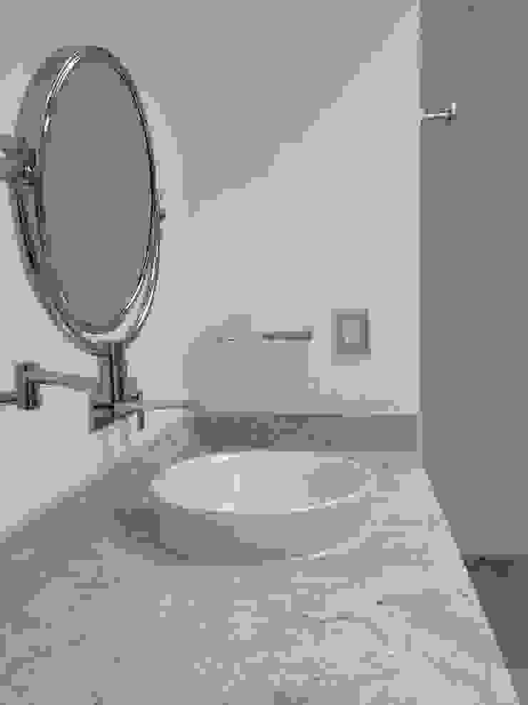 BAÑOS Baños modernos de Alejandra Zavala P. Moderno