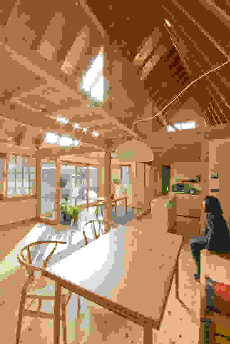 Comedores de estilo ecléctico de 千田建築設計 Ecléctico Madera Acabado en madera