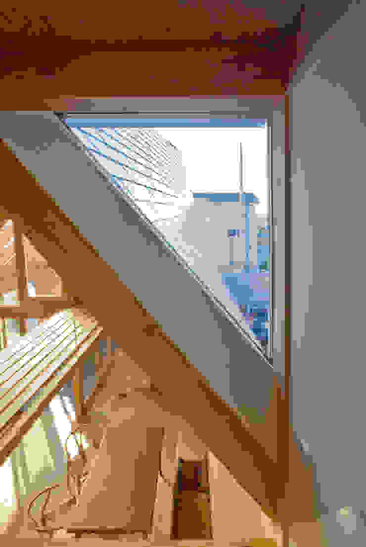 Salas multimedia de estilo ecléctico de 千田建築設計 Ecléctico Madera Acabado en madera